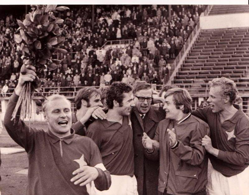 HIFK juhlii paluuta mestaruussarjaan syksyllä 1969. Vasemmalta joukkueen kapteeni Matti Haahti, Trygve Wahlbeck, Tommy Lindholm, Helge Jansson, Esko Pirttijärvi ja Torbjörn Wiik.
