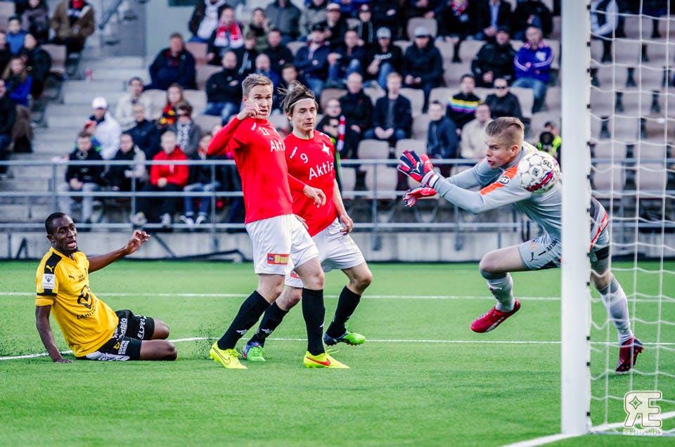 Pekka Sihvola ja Eero Peltonen todistivat aitiopaikoilta Sihvolan 1-1 tasoitusmaalia KuPS-ottelussa. Kuva: Riku Laukkanen