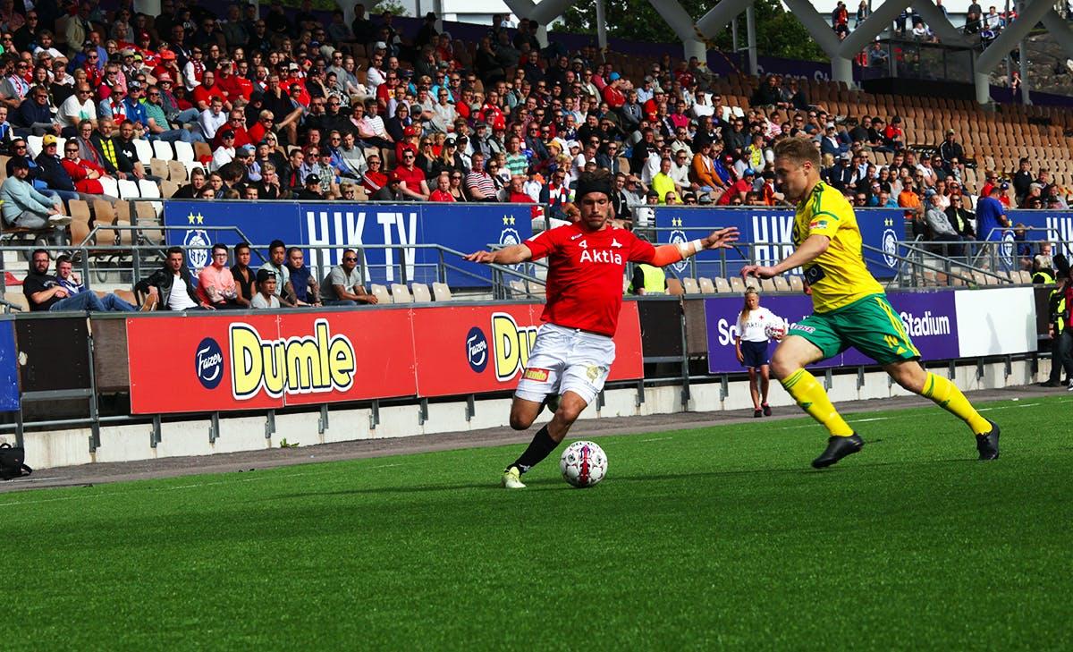 Tommi Vesala vauhdissa pallon kanssa. Kuva: Jere Nevalainen